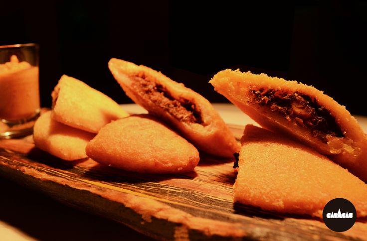 #PicadaCB Tabla de empanadas x3: preparadas con fina masa de choclo, con rellenos de carne, pollo y guiso de pescado.