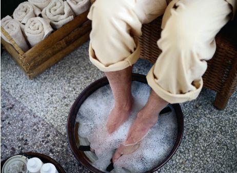 ЗАПАХ НОГ,Потливость ног и запах уйдут, если вы возьмете себе за правило делать ванночки для ног с пищевой содой. Добавьте соду в таз из расчета 2–3 столовых ложки на 5 литров воды.Подержите ноги минут 15–20, а затем вытрите их насухо. Это поможет не только отбить запах, но и бороться с грибком стопы.