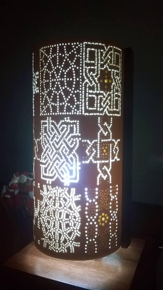Luminária em PVC 150mm, com 35cm de altura, dupla-face. Motivo: Arte Celta, base e laterais em madeira de lei Maçaranduba