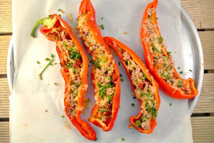 Puntpaprika's met tonijn, zongedroogde tomaten en kappertjes - Lekker en Simpel