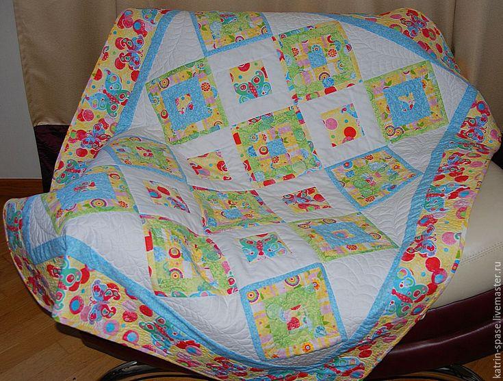 Купить или заказать Детское лоскутное одеяло 'Фруктовый Сорбет' в интернет-магазине на Ярмарке Мастеров. Лоскутное одеяло 'Фруктовый Сорбет'. Прекрасный подарок для маленькой девочки нежное и мягкое одеяло. Идея создания такого одеяла пришла в пасмурный день, захотелось яркого солнечного света и летнего тепла. В результате получилось яркое и нежное одеялко, которое украсит любую детскую комнату. Одеяло украшено свободной узорной стежкой. Под таким одеялом ребенку будет уютно и не жарко, т.к.