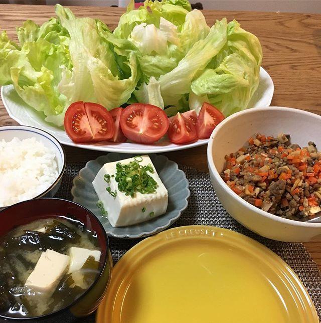 牛そぼろのレタス巻き。タケノコが入っていて食感も美味しかった。豆腐のお味噌汁に温奴でタンパク質も摂取。カロリーを抑えて、お腹を満たすのが一番幸せな食べ方⤴︎⤴︎豆腐はカロリーがないと勘違いしてる人って意外といてびっくり!!豆腐一丁はご飯お茶碗一杯くらいのカロリーだし、いっぱい食べれば良いというわけではない✏️ #京都#大阪#食べ歩き#美味い#イタリアン  #japanesefood #kyoto#osaka #beer #wine #肉 #JAPAN #ハワイ#レタス#トマト#豆腐#ヘルシー#ビール #サーフィン #ラーメン#ランチ#旅行#家ご飯#ヘルシー#ダイエット#糖尿病