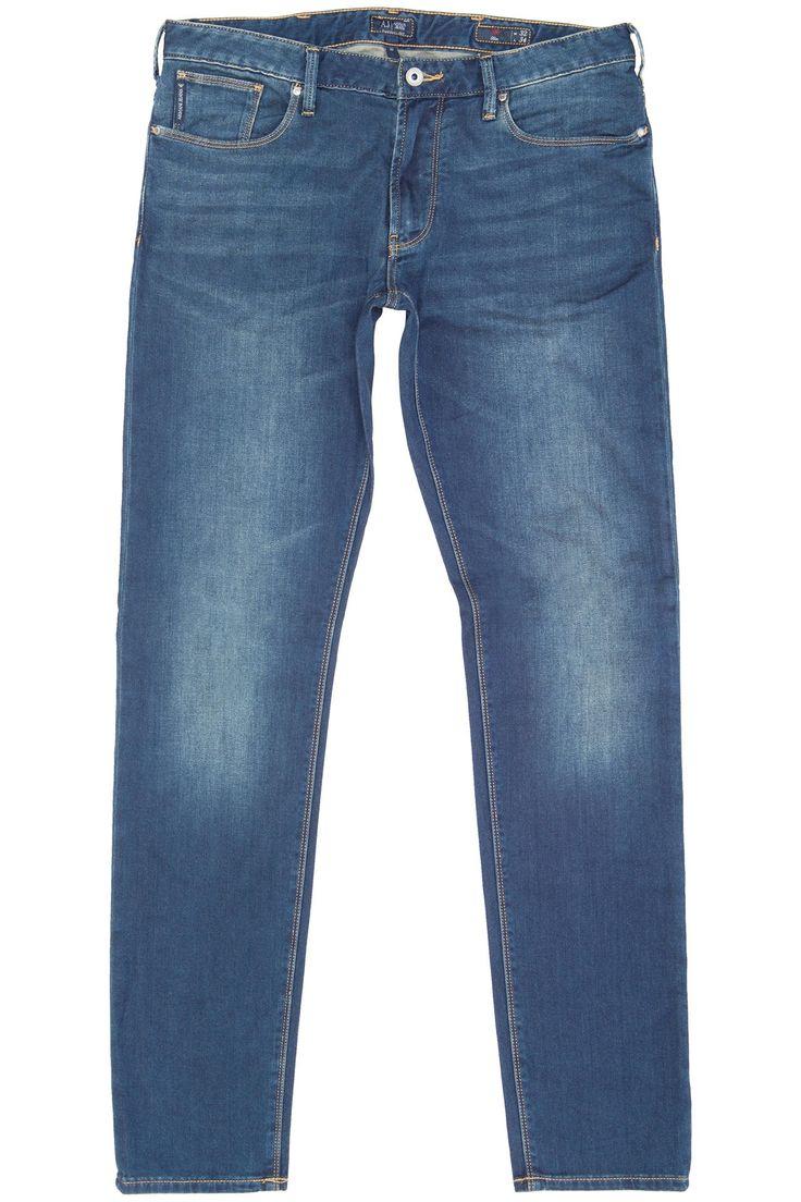 Zeer soepel en comfortabele donkerblauwe jeans van Armani. De samenstelling katoen en polyester geeft deze jeans de ultieme soepele fit. Er zit over de gehele blauwe jeans een lichte wassing. Het bekende Armani Jeans logo zit op de achterzak. Het gaat hier om het normale slim model J06 j96.