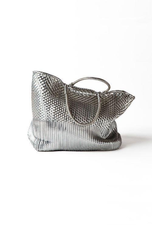 春夏シーズンには本当によく使っているバッグです。グレートーンのコーディネートに合わせるのはもちろん、かなり幅広いスタイルにマッチするので重宝しています。