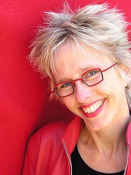 PIN 2 De auteur van het boek is Caja Cazemier. Ze werd op 5 september 1958 in Spijkenisse geboren. Na de middelbare school ging ze Nederlandse Taal- en Letterkunde studeren, twaalf jaar lang was ze lerares Nederlands maar tegenwoordig besteed ze haar tijd uit aan het schrijven van boeken. Caja schrijft vooral over onderwerpen waar jongeren mee te maken kunnen hebben zoals in dit boek over pesten. Haar boek Vamp werd bekroond met de Prijs van de Jonge Jury