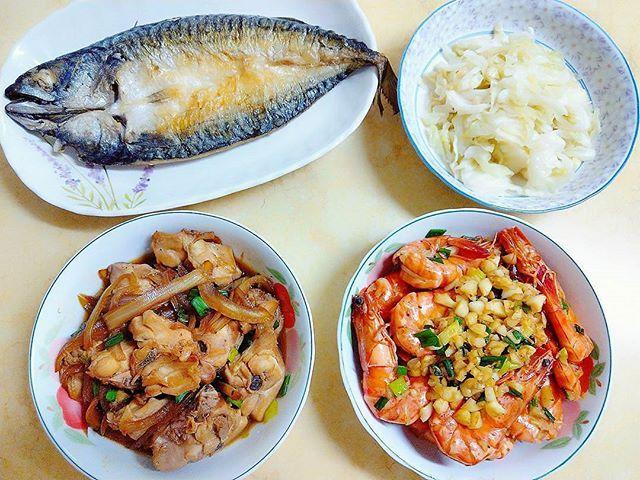 😋今日家庭晚餐。我的廚藝日常👍 🍖洋蔥燒雞 🐟香煎鯖魚 🦐蒜蓉奶油蝦 🌿清炒高麗菜 #Taiwan #dinner #homecooking #cooking #vegetable #chicken #fish #mackerel #cabbage #seafood #shrimp #chinesecuisine #台湾 #私の手料理 #手料理 #晩ごはん #中華料理 #家庭料理 #海鮮 #鯖 #海老 #鶏肉 #野菜 #肉 #キャベツ #魚 #家常菜 #會作菜的女人 #超會煎魚的我 #吃貨人生