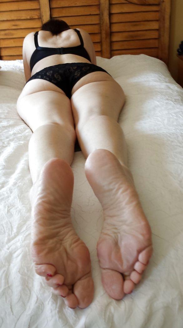 sexy granny bare feet
