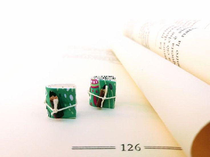 Orecchini da lobo con micro libro verde salvia rilegato a mano con fantasia etnica multicolor per le giovani donne originali e spiritose. di diCartaediFilo su Etsy