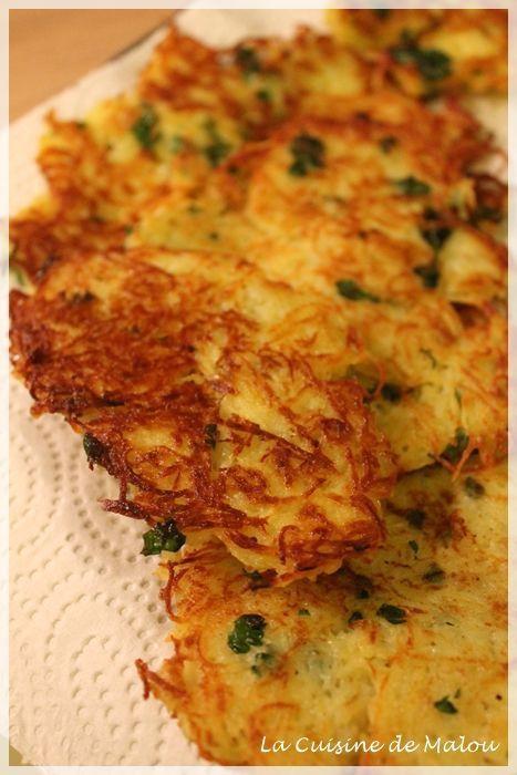 un grand classique de la cuisine alsacienne : les galettes de pomme de terre 5 pommes de terre moyennes– 1 oignon– 1 oeuf– 1 CàS de farine– 1 CàS de crème épaisse – Sel, poivre, muscade– persil: