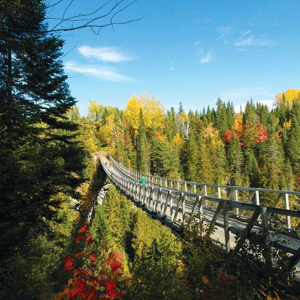 À une heure de Rimouski, les courageux peuvent franchir la plus haute passerelle suspendue du Québec: 63 mètres de hauteur, 99 mètres de longueur.  Des pistes de randonnée, une chute de 20 mètres, un parcours de géocachette (à l'aide d'un GPS, on cherche des indices dissimulés dans des bornes) et Les Portes d'Oniria, un sentier enchanté qui plaira aux enfants, complètent le tout. Bas du fleuve