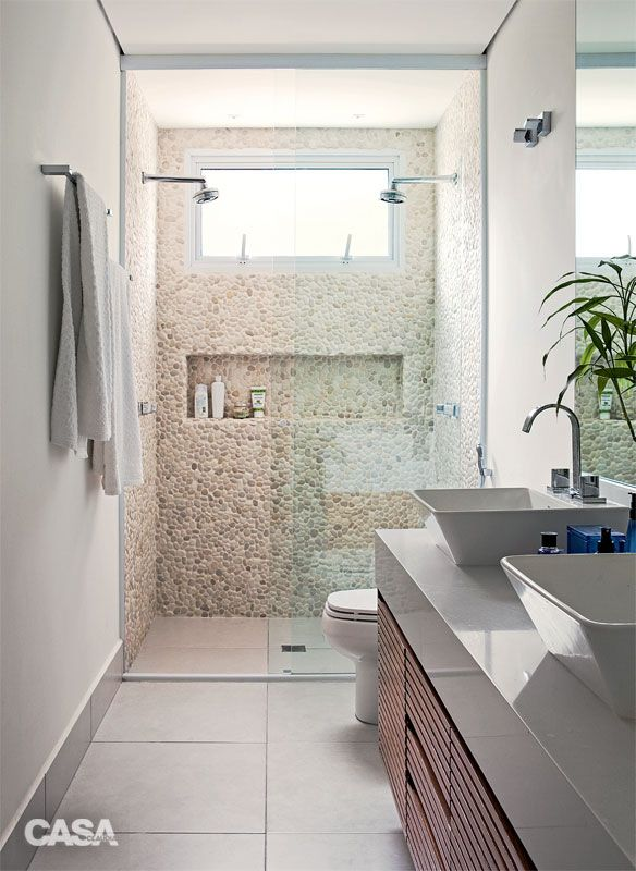 Casa de 230 m² decorada para acolher os cachorros do casal - Casa  Dois chuveiros permitem banhos confortáveis em dupla no banheiro do casal. Os seixos nas paredes do boxe são da Palimanan.