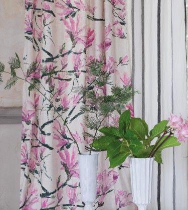 Riis Interiør selger stoff, tapet, møbler, sengetøy, håndklær, pledd, puter, tepper samt diverse hånklær og baderomsprodukter fra Designers Guild på Smestad