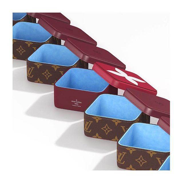 """Модный дом Louis Vuitton запускает новую линию """"Gifting"""" которая будет представлена эксклюзивно в ГУМе на постоянной основе. В коллекцию войдут около тридцати очаровательных мелочей : письменные принадлежности (блокноты карандаши закладки и тд) украшения для дома (фоторамки заркала и пр) и игры (карты кости волчок). Отличный подарок на новоселье или просто чтобы порадовать друга или любимого человека приятной мелочью.  #lofficielrussia #louisvuitton #lvgifting #acmg  via L'OFFICIEL RUSSIA…"""