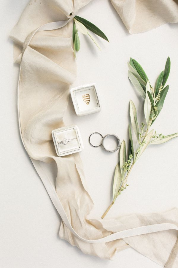 Organic + neutral wedding details: http://www.stylemepretty.com/2016/05/17/muted-earth-tones-inspired-wedding-design/ | Photography: Elate Photo - http://www.elatephoto.com/