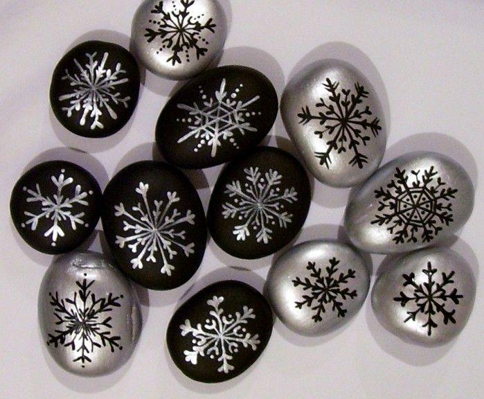 ,,KAMÍNKY+S+VLOČKAMI+NA+PŘÁNÍ..RESERVÉÉ,,+Malované+kameny+s+vločkami+v+kombinaci+černo-stříbrné..na+přání+:)+cena+je+za+10+kusů+:)