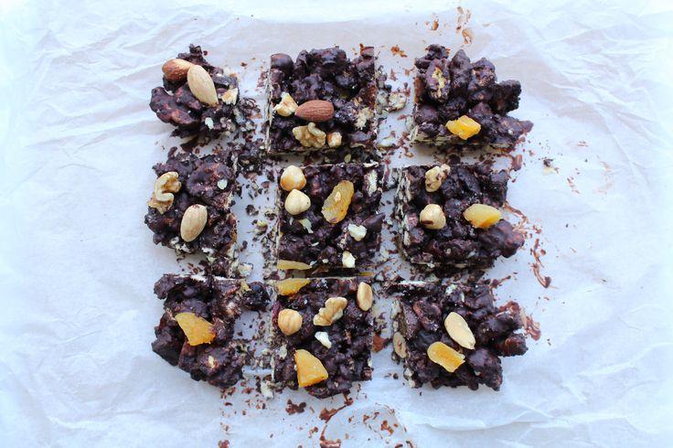 Pure chocolade, wat ongebrande noten, gedroogde vruchten en wat maiswafels. Simsalabim, je gezonde rocky road is binnen een mum van tijd binnen handbereik!