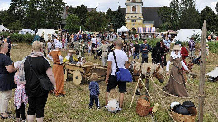 Keskiaikatapahtuma houkutteli sankoin määrin kävijöitä Hollolan kirkonkylään viime viikonloppuna. Hollolan kunnassa asuu 24000 asukasta, joista vain noin 600 kirkonkylässä.