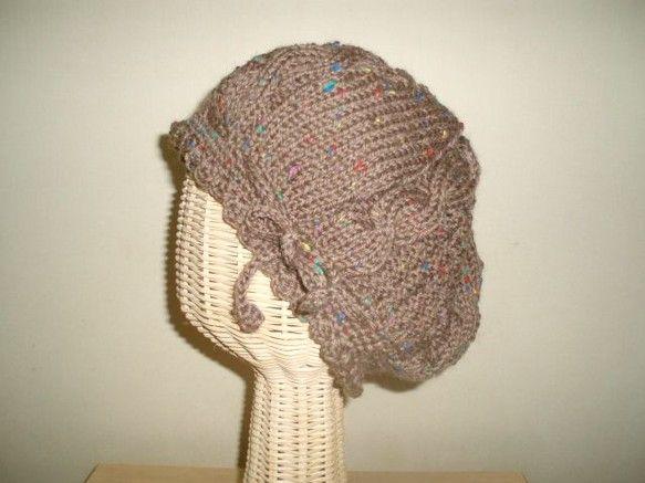 ポチポチと入ったネップが可愛い糸で、ベレー帽を編みました。被り口のスカラップがポイントです。ケーブル6本とメリヤス編み、2目鹿の子編みです。使用糸毛     ...|ハンドメイド、手作り、手仕事品の通販・販売・購入ならCreema。