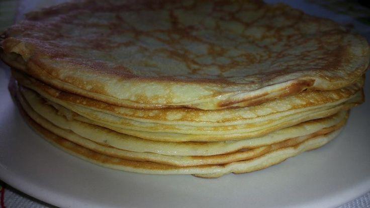4 ovos, meia chávena de polvilho doce, 3/4 chávena de leite de coco, 4 colher de sopa de óleo de coco, 1 pitada de sal rosa e 1 colher de chá de mel (dispensável). Cozinhar com calma e cuidado e em lume baixo. O recheio é à vontade de cada um, claro… doce ou salgado. Até servem de base de pizza, folhas de lasanha…