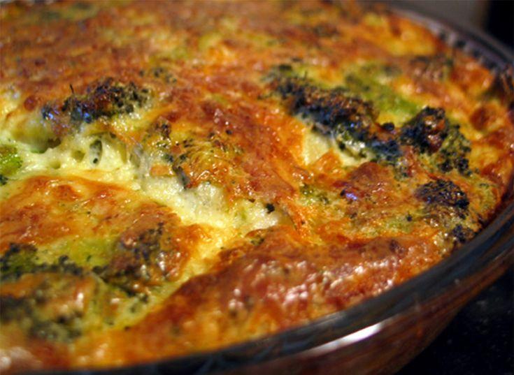 Vă prezentăm o rețetă de caserolă delicioasă cu broccoli. Aceasta se obține deosebit de aromată și apetisantă, cu o textură fină și plăcută. Este perfectă pentru a fi servită la cina de familie sau în calitate de gustare. Este un deliciu deosebit de savuros, de aceea va fi pe plac chiar și celor ce nu consumau broccoli până acum. INGREDIENTE – 800 g de broccoli (preventiv decongelat) – 30 g de unt topit – 250 g brânză de vaci granulată – 150 g de cașcaval ras – 200 g de smântână – 4 ouă – 3…