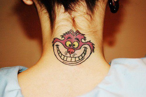 Deja que el mundo de Alicia viva en tu piel, te mostramos 20 tatuajes de Alicia en el País de las Maravillas para sentirte en un lugar mágico.