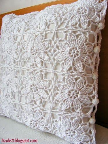Almofada de crochê com motivos de flores