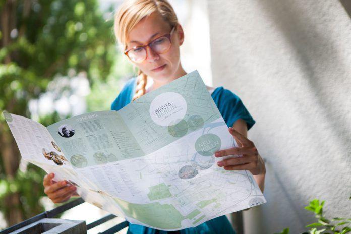 Berta mit ihrer wundervollen Karte mit Insidertipps und drei Walking-Touren für Berlin-Neukölln (Details zum Kauf weiter unten)