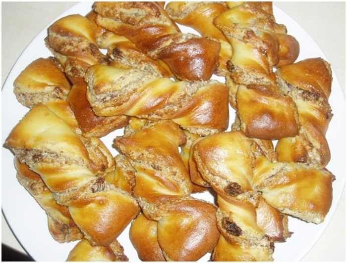 Szeretem sütni, enni is és a család is szereti Hozzávalók 6 főre tészta: 1 db tojás 10 dkg cukor 1 csomag vaníliáscukor 25 dkg túró 1 / 2 csésze olaj 1 / 2 kg liszt 1 csomag sütőpor só töltelék 15-20 dkg darált dió 2 evőkanál méz...