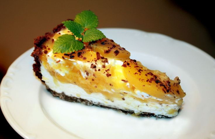 Výborný nepečený broskovo-tvarohový dort Nejdřív si dortovou formu vyložíme alobalem. (dno i strany) Korpus: Rozdrtíme si sušenky v mixéru nebo válečkem na jemno a smícháme je s...