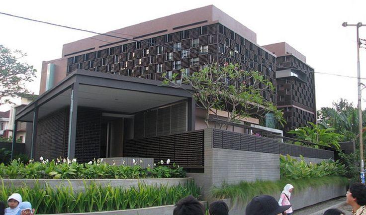 Casa construida con botellas de cerveza, por Ridwan Kamil, en Bandung, Indonesia. #Arquitectura