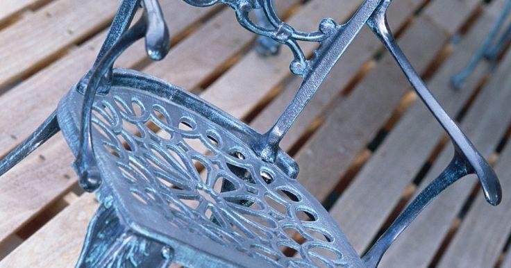 Cómo pintar metal para que tenga apariencia de viejo. Pintar metal para que parezca antiguo puede añadir encanto y elegancia a lo que de otra forma sería un simple mueble de metal. Lámparas de metal, sillas, el marco de una cama, todos pueden ser pintados usando pintura en aerosol para darles una apariencia antigua, y la pintura en aerosol para metales puede adquirirse en varios tonos metálicos y ...