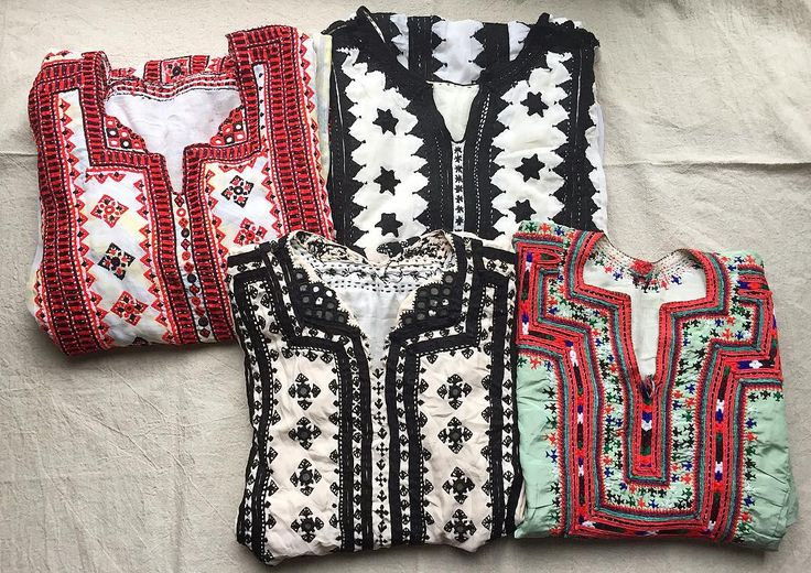 Beautiful embroidery works Baluchistan vintage dresses from Pakistan.  パキスタンに暮らすバローチ族の民族服 出逢ったときの衝撃ったらもう モノによっては20年もののビンテージゆえ 大きなダメージや直し後があったり大きすぎたり ミラーワークゴージャスすぎたり 日本で着られるかどうか肌色に合うか 唸りながら広げては戻しを繰り返し繰り返し わずかですがビンテージらしいものに出逢うことができました  西南アジアながらヨーロッパをも彷彿とさせるような シンプルデザインや いかにもという刺繍や色使いのものも ちょっとゴツめなウェスタンやエンジニアブーツと合いそう 比較的小さめなものが中心ですサイズ表記をご確認ください . . #dress #cultureclothing #afghan #afghanistan #balochistan #balochidress #vintage #antique #vintagefashion #embroidery #handmade #handcrafted…