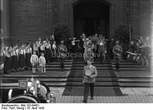 Hochzeit Hermann Göring mit der Staatsschauspielerin Emmy Sonnemann. Die Standesamtliche Trauung im Berliner Rathaus. Der Führer verläßt das Rathaus wo er Trauzeuge war. Im Hintergrund das Brautpaar.