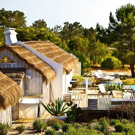 Au Portugal, entre sable et eau, une cabane de pêcheur devenue maison de vacances Avec son toit de chaume, ses terrasses en caillebotis et ses murs blancs de chaux, cette ancienne cabane de pêcheurs est devenue une maison de vacances où l'on vit au rythme du soleil.
