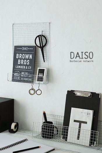 おしゃれなワイヤーラックに見える、バーベキュー用の網で作れる棚をデスクに。テーブルの角などを使って折り曲げるだけの簡単DIYで、置くものによって折り曲げる幅を変えることができ、壁付の飾り棚と直置きタイプなど自由自在に作れる便利アイディアです。