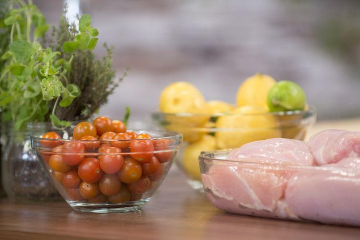 Saiba como cozinhar Peito de frango assado com crosta de sementes de abóbora, espargos verdes e tomate cereja do Chef Kiko!