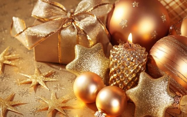 décoration de Noël en boules décoratives avec ruban