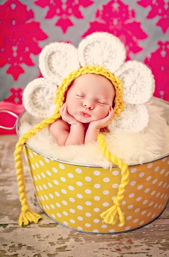 **This is made for a newborn only.**    The daisy is my very favorite flower!! They make me smile and so does this hat!!  This is a great photo prop