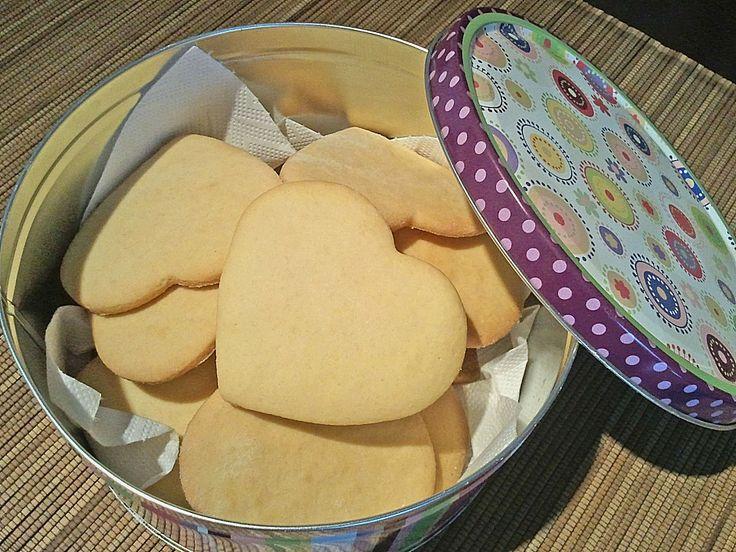 Necesitamos 330 gramos de harina 200 gramos de mantequilla blanda 120 gramos de azúcar Unas gotas de esencia de vainilla Unas gota...