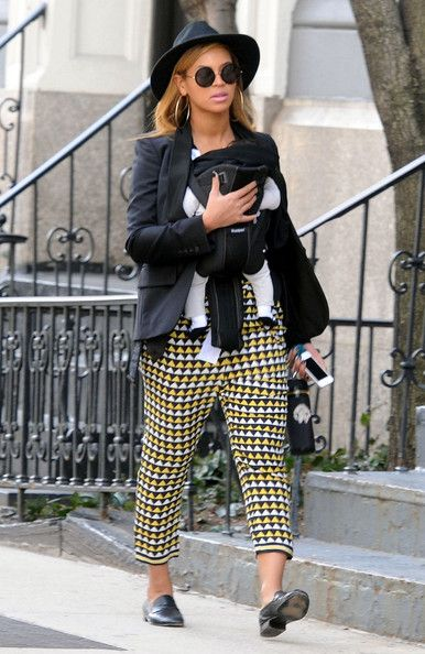 Beyonce Knowles Photos - Beyonce totes her daughter Blue Ivy Carter (b. January 7, 2012) in a baby carrier as she and her mother Tina Knowles take a stroll through Manhattan on a sunny afternoon. - Beyonce and Blue Out in NYC