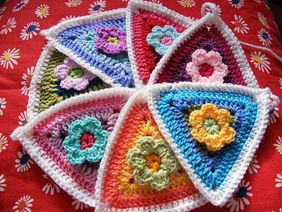 Crochet flower bunting / triangles (FREE PATTERN). Great photo guide, thanks so for share xox