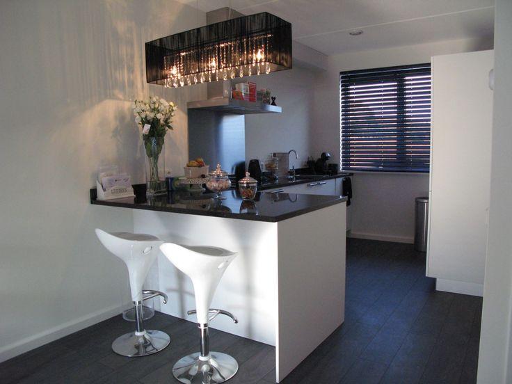 Moderne extra matte keuken, voorzien van graniet werkblad en ETNA keukenapparatuur, super strakke keuken, ook de robuuste staafgreep is een detail, samen met de zeepdispenser!!  WWW.DIEPEVEEN.NL