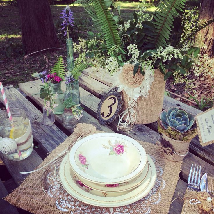 Vintage style gardens weddings seem to be the go ... And what a wonderful table setting Vintage  La Belle has created !!