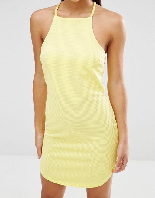 Boohoo Petite Figurbetontes, hochgeschlossenes Kleid (19,99 €)