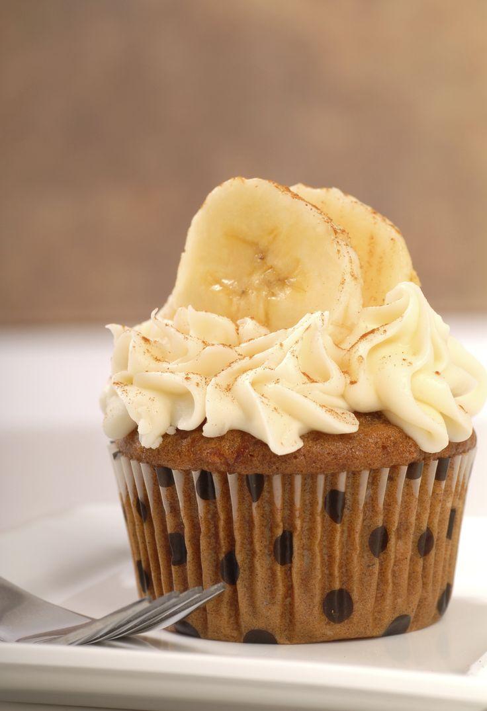 Unos deliciosos cupcakes de plátano, prueba esta receta y sorprende a todos con su delicioso sabor. Incluso puedes llevarlos a fiestas o comidas con amigos y familia.