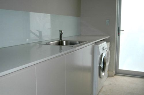 Smooth granite bench, sunken sink, tub under sink and smooth cabinets... pretty much what I want :) Ignore colours!