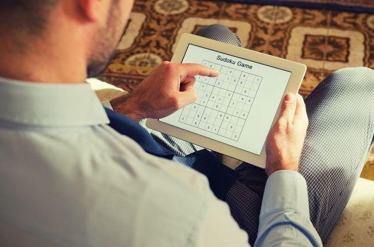 """Sudoku gehört seit über zehn Jahren fest zur Riege der Gehirnjogging-Spiele. Übersetzt bedeutet Sudoku so viel wie """"Isolieren Sie die Zahlen"""". Und genau darum geht es auch. In diesem Beitrag erfahren Sie die Regeln des beliebten japanischen Logikrätsels und mit welchen Strategien sich Sudokus leichter lösen lassen.  #sudoku #gehirnjogging #logik #rätsel"""