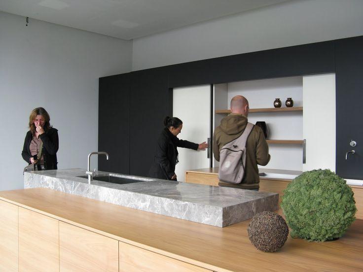 Keuken Zwart Marmer : Moderne keuken licht hout marmer zwart wit schuifdeursysteem