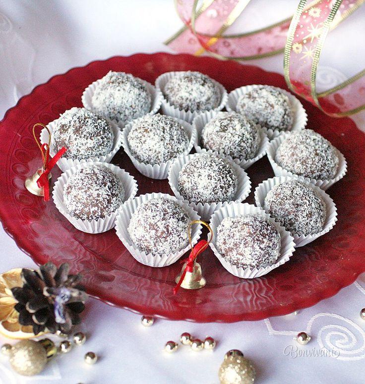 Výborné vianočné guličky obalené v kokose, alebo v mletých orechoch. Recept je jednoduchý a strašne dobrý. Mám ho od kolegyne z práce. Vyskúšajte a nebudete ľutovať.