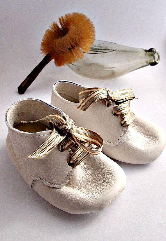 Deze eenvoudige maar stijlvolle baby schoenen zullen ervoor zorgen dat je baby goed geklede waar hij/zij gaat! De stijl van het slofje is gegarandeerd